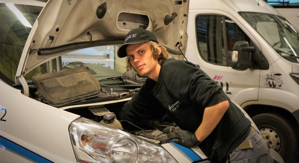 Vår dyktige mekaniker som utfører service på en varebil, service Mercedes-varebil Ski og Follo, service Mercedes-benz nyttekjøretøy