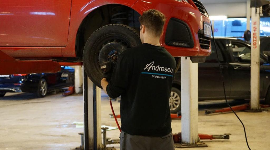 Mekaniker som gjennomfører service på bil, service askim og østfold, mercedes-varebil service askim